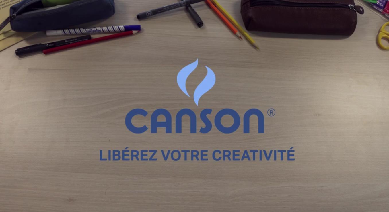 logo Canson sur fond d'image de bureau avec trousse et crayons