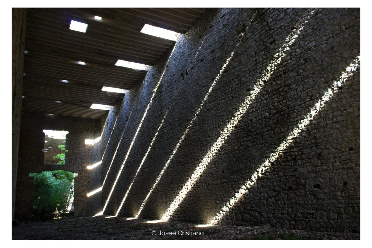 jeu de lumière sur mur de pierre