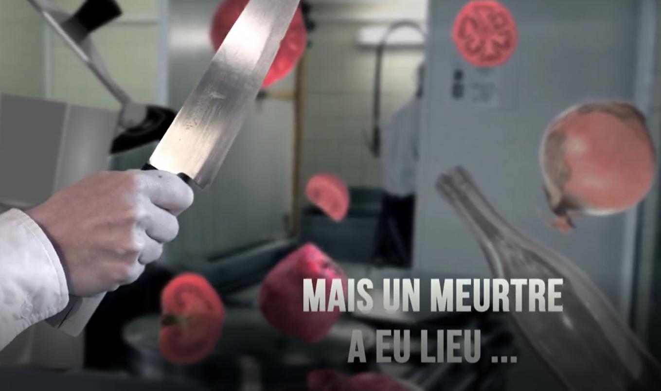 Une main tenant un couteau dans une cuisine avec des fruits tranchés qui volent